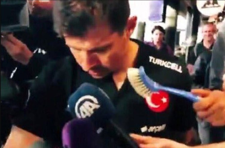 İzlanda'da Milli Takım'a büyük terbiyesizlik! Emre Belözoğlu'na tuvalet fırçası uzattılar