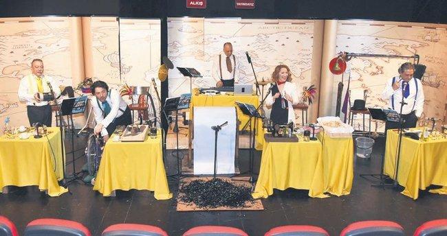 Radyo tiyatrosu 60 ses ve 40 karakterle sahneye taşındı