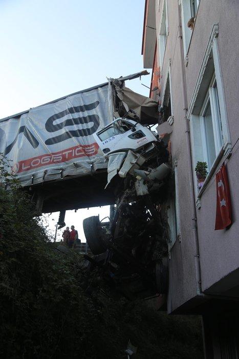 Kocaeli'de tır apartman dairesine girdi: 1 ölü