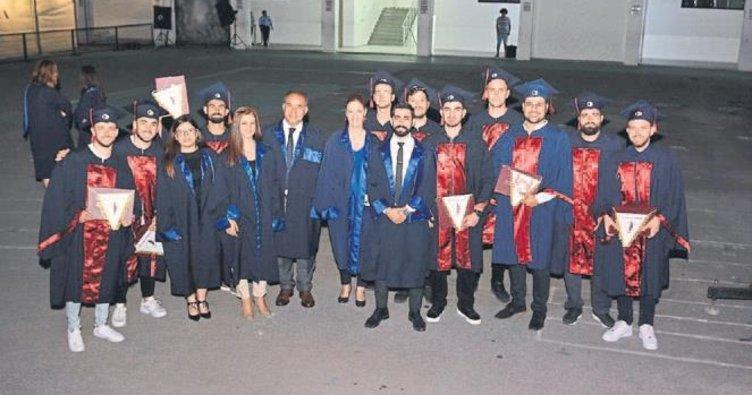 Eğitim fakültesinde mezuniyet heyecanı