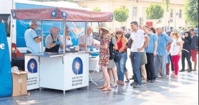 Büyükşehir ekibi Aşure ikram etti