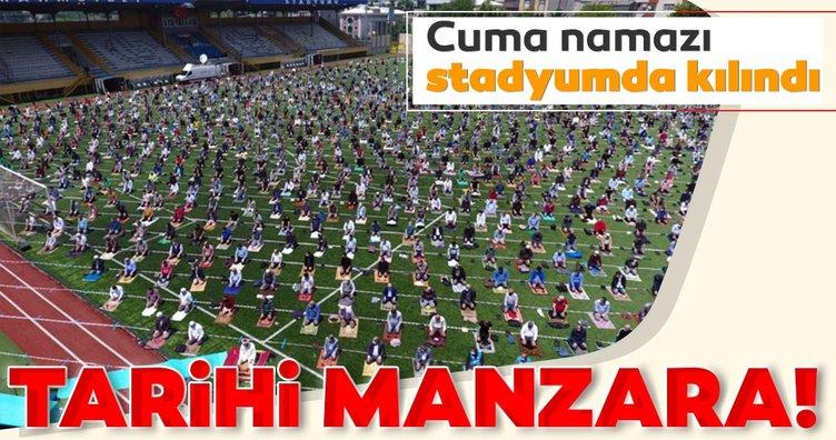 Vatandaşlar cuma namazı için Mahmutbey Stadyumu'nda saf tuttu