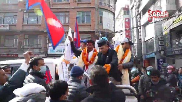 Dünyanın en yüksek 2. noktasına ulaşarak ilke imza atan Nepalli dağcılar ülkelerinde kahraman gibi karşılandı | Video