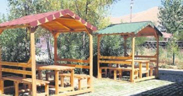 Varto'da ilçe merkezine ahşap ve metal kamelya