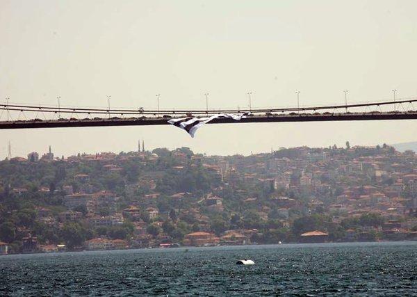 Köprüye dev Beşiktaş bayrağı