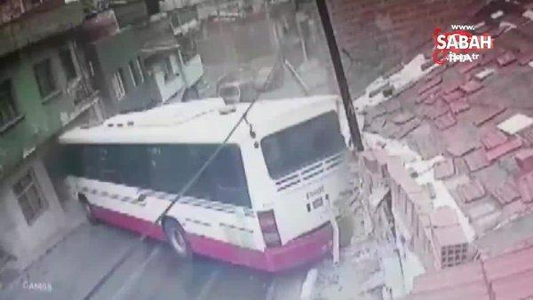 Son dakika haberi... İzmir'de otobüsün iki evin arasına sıkıştığı kaza kamerada! 6 yaralı