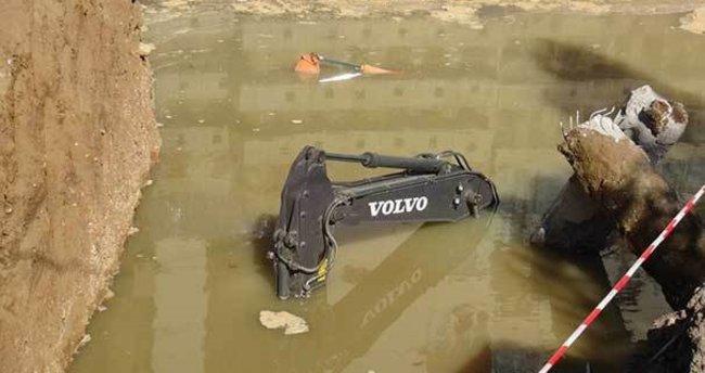 Ankara'da yol çöktü: 2 iş makinası sulara gömüldü