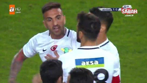 Akhisarspor - Galatasaray maçında saha karıştı
