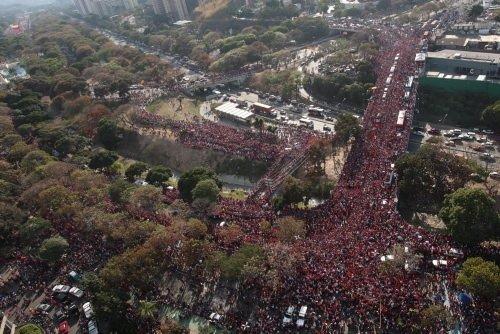 Milyonlar Hugo Chavez'e ağlıyor
