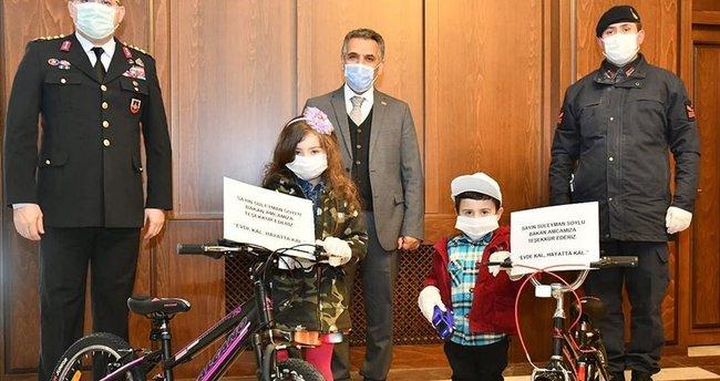 Bakan Soylu evde kalın çağrısında bulunan kardeşlere bisiklet hediye etti