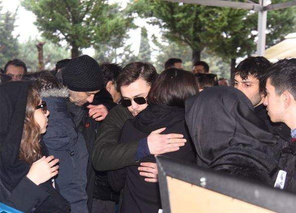 Hande Erçel'in annesi Aylin Erçel'in cenazesinde ünlü oyuncuyu yalnız bırakmadılar!
