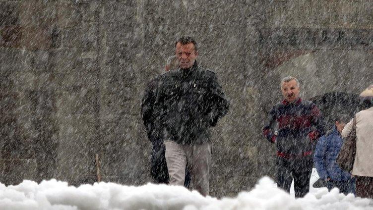 Ardahan'da yoğun kar yağışı ve tipi