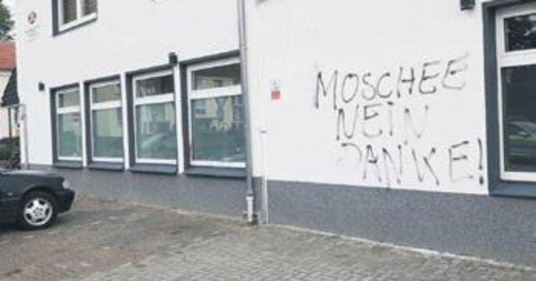 Irkçılar yine camiye saldırdı
