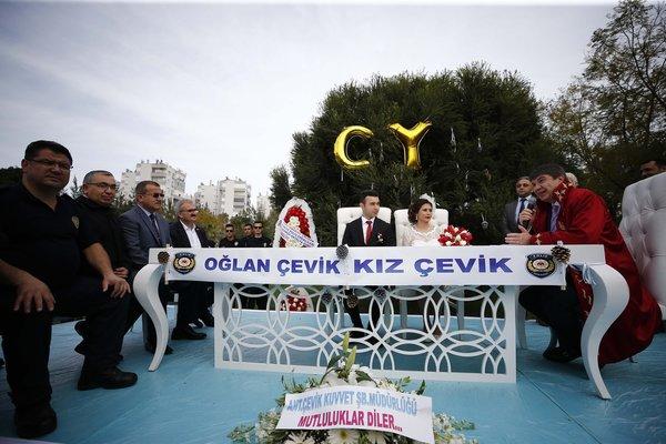 Antalya'da evlenen polis çiftin ilginç hikayesi