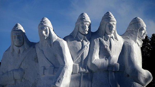Sarıkamış şehitleri anısına yapılan kardan heykeller