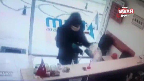Döviz bürosunu soymaya çalışan silahlı saldırgan kadın çalışan direnince böyle kaçtı | Video