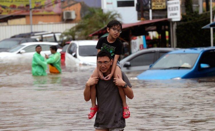 Ölü sayısı giderek artıyor! Endonezya sele teslim
