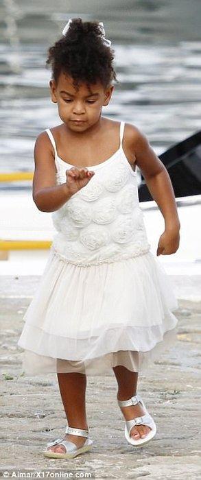 Beyonce'nin kızı Blue büyüdü!
