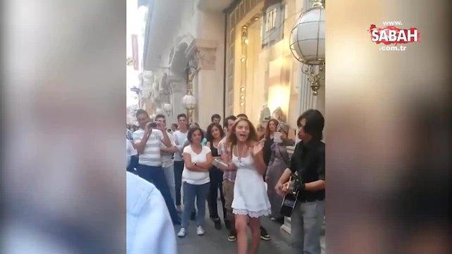 Genç şarkıcı Aleyna Tilki'nin ilk kez yayınlanan görüntüleri! Taksim'de sokak sanatçılığı yapmış...   Video