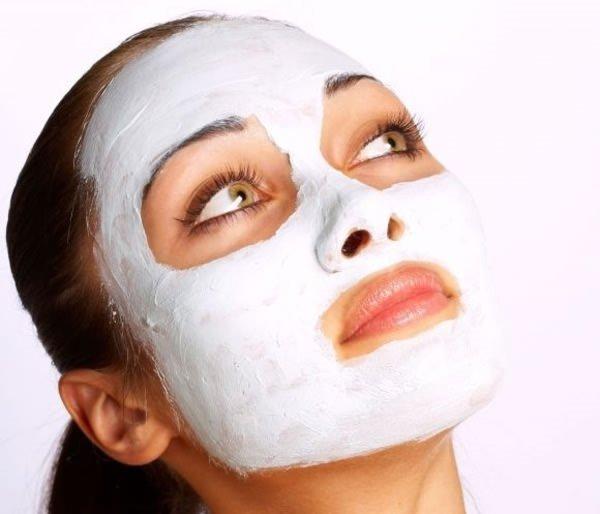 Cilt beyazlatma maskesiyle pürüzsüz bir cilt