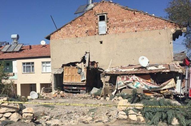 Malatya'da yokuş inen kamyon bahçe duvarını aşıp eve çarptı