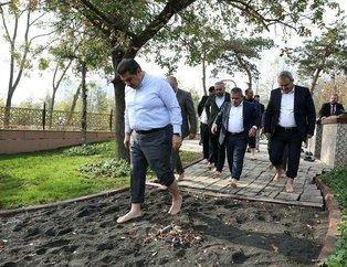 İstanbul Esenler'de 15 Temmuz Millet Bahçesi içerisinde açılan parkurda çıplak ayakla yürünüyor