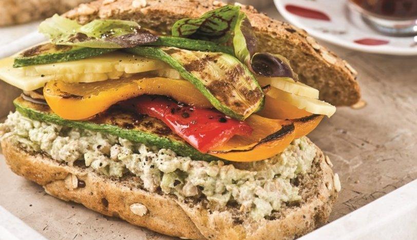 Izgara sebzeli ve avokado soslu sandviç