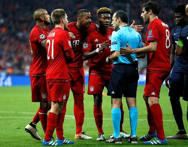 Dev maçta Cüneyt Çakır'dan tartışmalı kararlar