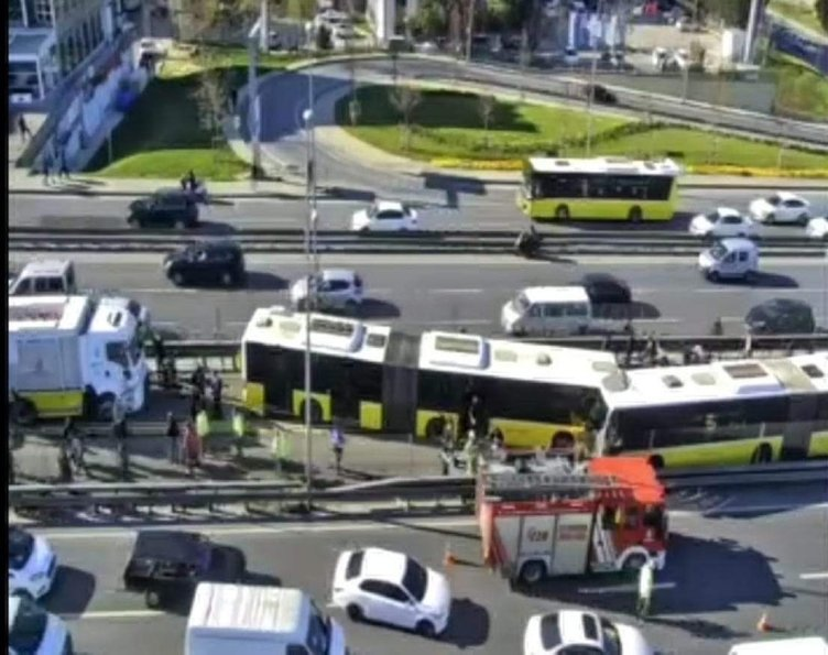 Avcılar'da metrobüs kazası! Olay yerinden dikkat çeken görüntüler...