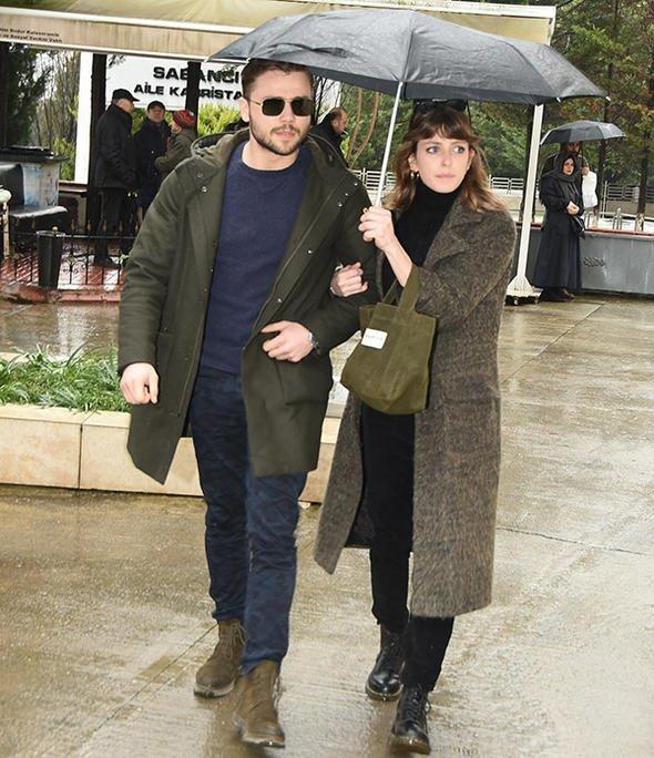 Oyuncu Hande Erçel'in annesi Aylin Erçel'in cenazesinde ünlü oyuncuyu yalnız bırakmadılar!
