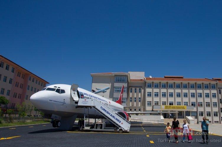 Lise bahçesindeki 'Yolcu Uçağı'nı gören şaşırıyor!