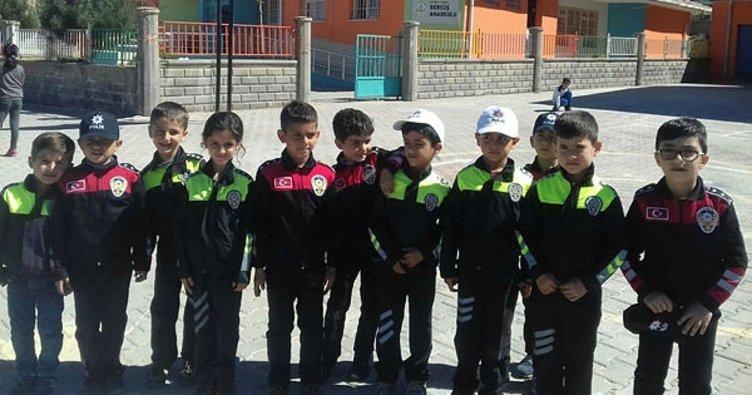 Gercüş'te miniklere polis üniforması dağıtıldı
