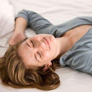 Yüzünüzün kırışmaması için sırtüstü uyuyun önerisi