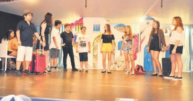 Veli ve arkadaşları için 'Mamma Mia'yı oynadılar