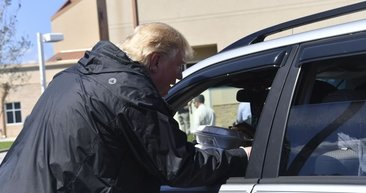 Trump, Florence kasırgasının vurduğu bölgeleri gaflarıyla yıktı!