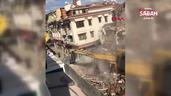 İstanbul Bakırköy'de yıkım yapan kepçe böyle devrildi   Video