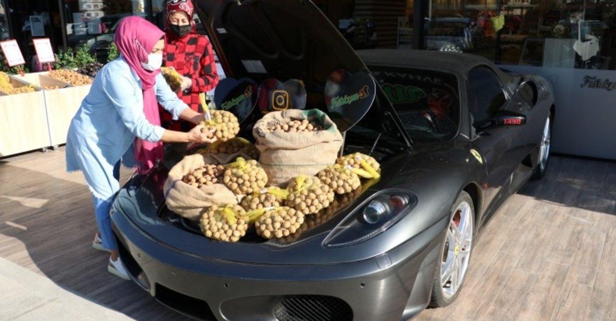 Görenler şaşkına döndü! Lüks otomobilin bagajında ceviz satışı böyle görüntülendi