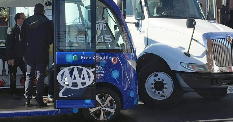 Şoförsüz otobüs ilk gün kaza yaptı