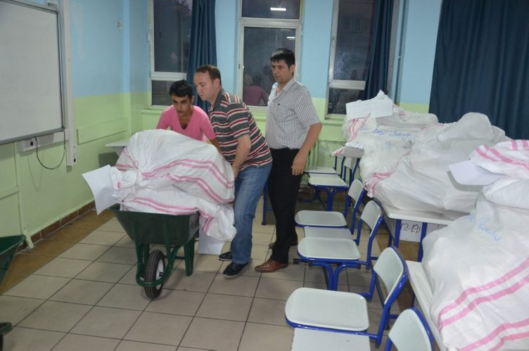 Oy pusulaları okullara böyle taşındı