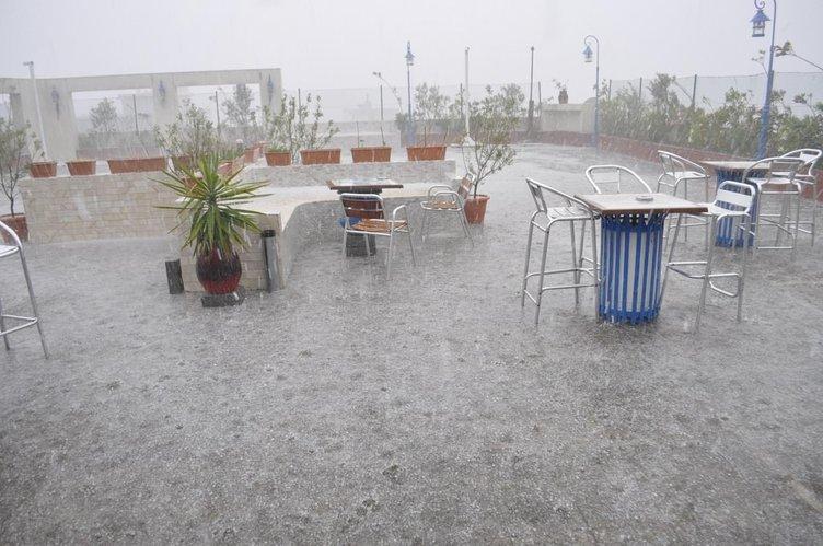 İzmir'de dolu yağışı hayatı felç etti