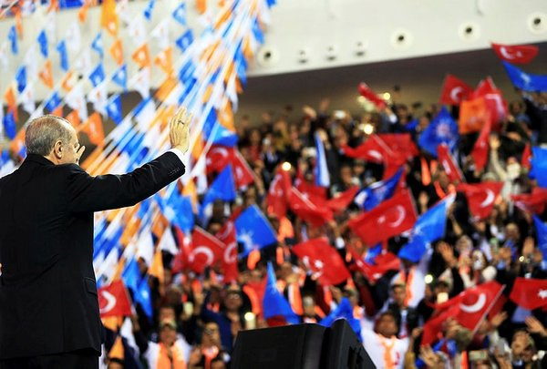 Cumhurbaşkanı Erdoğan, 105 yaşındaki Fikriye ninenin elini öptü
