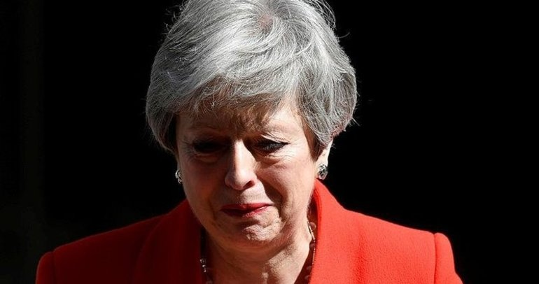 Theresa May, gözyaşlarıyla gitti
