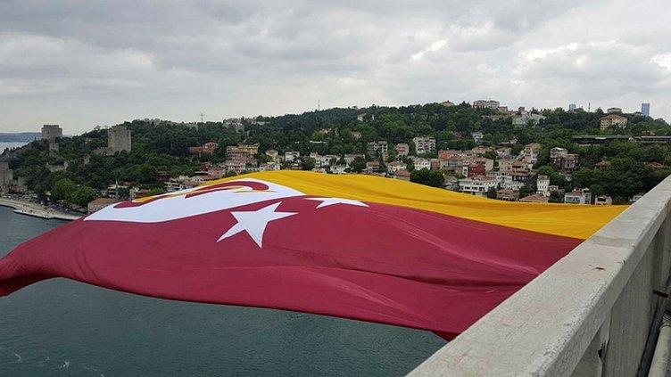 Şampiyon Galatasaray'ın bayrağı köprülere asıldı
