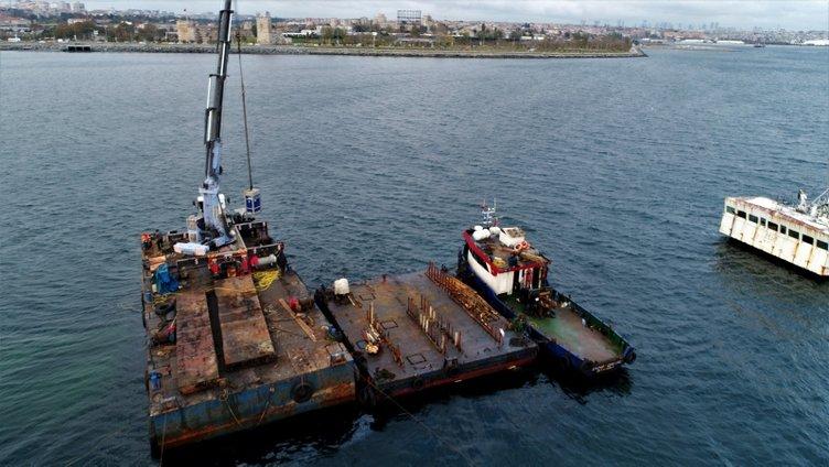 Zeytinburnu açıklarındaki yarı batık halde bulunan hayalet gemi sökülüyor