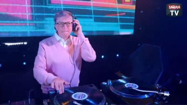 Bill Gates DJ'lik yaptı
