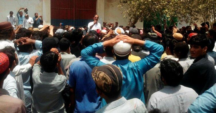 Pakistan'da öfkeli kalabalık karakol bastı!