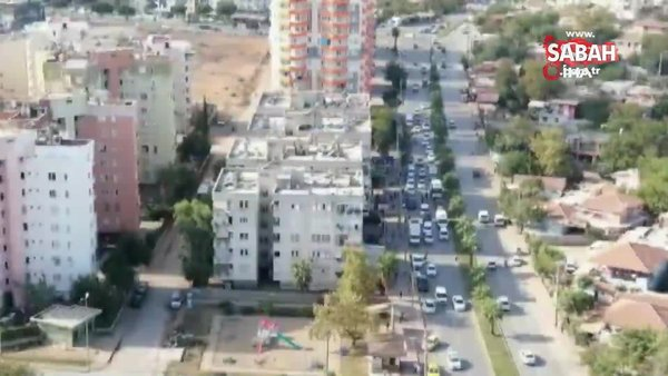 Baskın yapılacağını anlayan kadın uyuşturucu poşetini balkondan aşağı böyle attı | Video