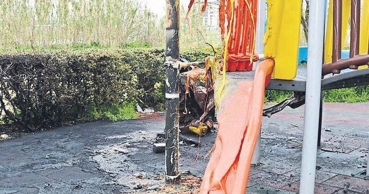 Manisa'da çocuk parkını benzin döküp yaktılar