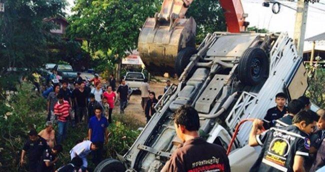 Tayland'da tur otobüsü şarampole devrildi: 18 ölü