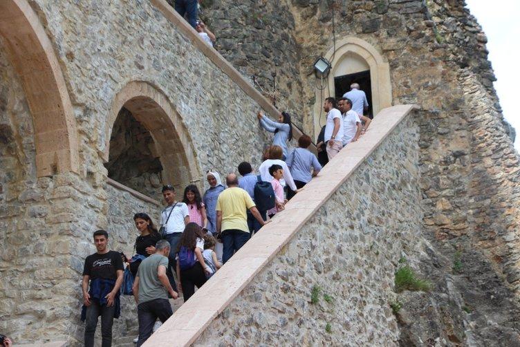Restorasyonu biten Sümela Manastırı'nda ziyaretçi izdihamı